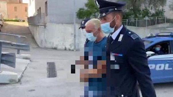 Giuseppe Mastini rendőrök gyűrűjében