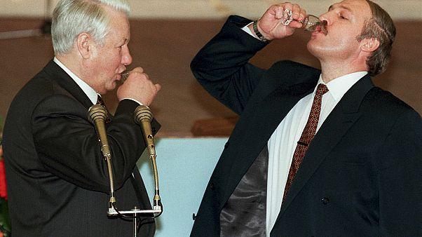 Lukashenko con l'ex presidente russo Borís Él'cin brindano con della vodka dopo una firma al Cremlino nel 1996