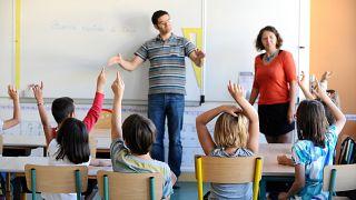 Un profesor utiliza el lengua de signos al comienzo del nuevo año escolar en un aula especial para niños sordos, en Ramonville, en el suroeste de Francia.