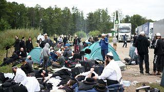 حجاج يهود يجلسون على الحدود بين بيلاروسيا وأوكرانيا