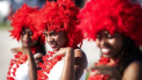 Hula-táncosok fogadják a diplomatákat egy nemzetközi eseményen Nauruban, 2018-ban