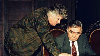 زعيم صرب البوسنة خلال الحرب رادوفان كارادزيتش وعضو الرئاسة البوسنية مومسيلو كراجيسنيك في صورة أرشيفية من سبتمبر 1993