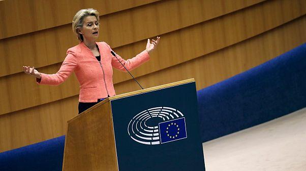 """أعلنت رئيسة المفوضية الأوروبية أورسولا فون دير لايين أن المفوضية تريد """"إلغاء إجراء دبلن"""" الذي يحمل أول بلد يدخله المهاجر مسؤولية طلبه للجوء"""