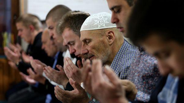 Musulmani serbi in preghiera in una moschea di Novi Pazar, 24 maggio 2020