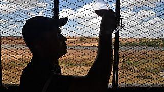 Mitarbeiter prüft Wein in Sidi Bel Abbès