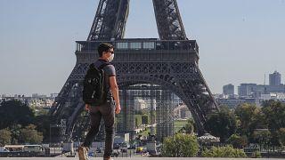 Un hombre con mascarilla camina en la plaza de Trocadero cerca de la Torre Eiffel en París, el lunes 14 de septiembre de 2020.
