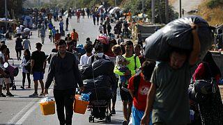 La polizia greca trasferisce i profughi dal campo di Moria