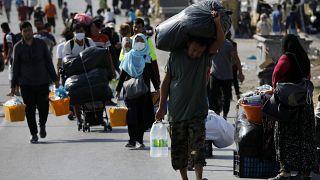الشرطة اليونانية تنقل المهاجرين المشردين في جزيرة ليسبوس إلى مخيم جديد