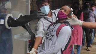 Tesztelés védőfalon át Indiában