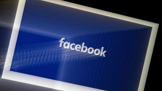 يتم عرض شعار تطبيق فيسبوك على هاتف ذكي في أرلينغتون، فيرجينيا، 25 مارس 2020