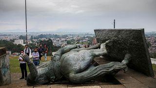 La statue de Sebastian de Belalcazar abattue par un groupe d'amérindiens colombiens.