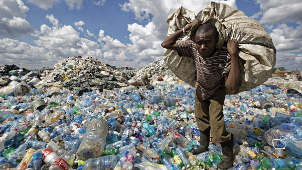 Kenya'nın başkenti Nairobi'de bir gecekondu semtindeki plastikleri toplayan bir adam. (arşiv)