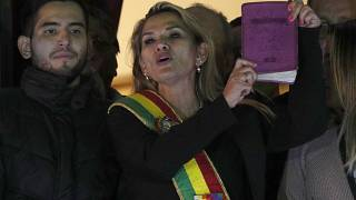 La presidenta interina de Bolivia, Jeanine Áñez, se retira de la carrera electoral