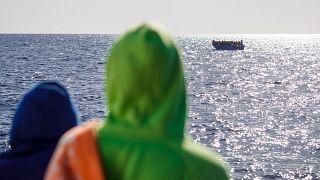 مهاجرون على متن قارب في البحر الأبيض المتوسط