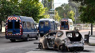 Сгоревший автомобиль во время беспорядков в Дижоне в середине июня 2020 года