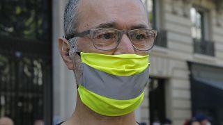 Uomo con mascherina stile gilet gialli durante una manifestazione a Parigi nel settembre 2020