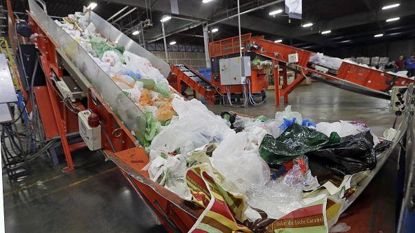الناقلات تحمل البلاستيك المختلط في جهاز يقوم لتمزيقه قبل إعادة تدويره