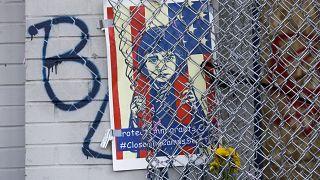 لافتة على سياج إدارة شرطة سياتل تعبر عن الاحتجاج ضد معسكرات احتجاز المهاجرين. 2020/06/11