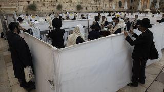 Orthodoxe Juden beten an der Klagemauer