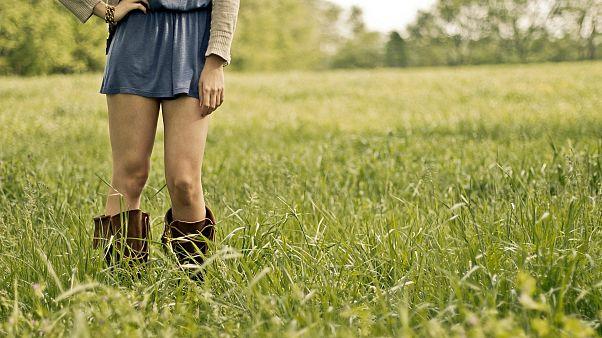 Frau in Minirock auf Wiese