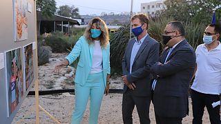 ممثل الاتحاد الأوروبي سفين كون فون بورغسدورف ووزير الثقافة الفلسطيني عاطف أبو سيف أثناء افتتاح معرض التصوير