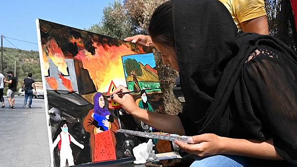 لاجئة أفغانية ترسم ذكريات عاشتها خلال حريق طال مخيمات اللاجئين