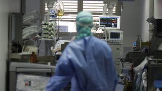 İtalya'da Covid-19 hastasıyla ilgilenen bir doktor (arşiv)