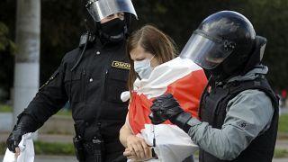 Belarus'ta düzenlenen protesto sırasında gözaltına alınan bir kadın eylemci