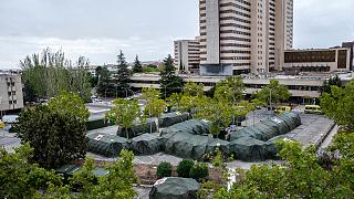 خيام عسكرية لاستخدامها من قبل مرضى فيروس كورونا أمام مستشفى جوميز العسكري في مدريد، إسبانيا.