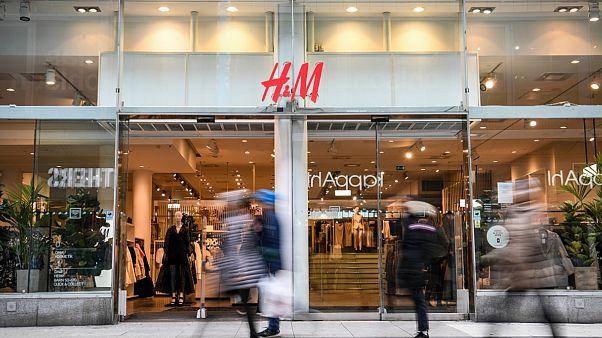 H&M mağazası insan hakları ihlalleri sebebiyle Çin'den pamuk alımını durdurdu.