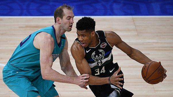 Nijerya asıllı Yunan basketbolcu Giannis Antetokounmpo NBA tarihine geçti (sağda)
