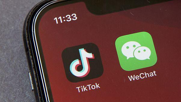 أيقونة تيكتوك ززيتشات على جهاز هاتف ذكي في بيكين. 2020/08/07