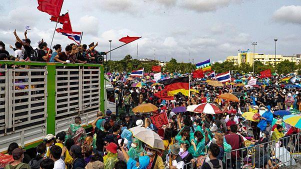 متظاهرون مؤيدون للديمقراطية يرفعون الأعلام خلال احتجاجات في العاصمة التايلاندية بانكوك. 2020/09/19