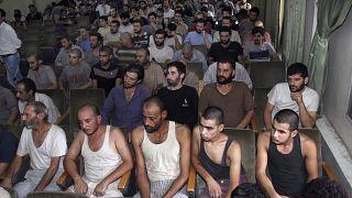 صورة من الأرشيف- معتقلون سوريون شاركوا في احتجاجات مناهضة للحكومة  في قاعة محكمة قبل إطلاق سراحهم- دمشق