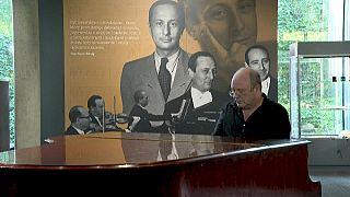 """Des objets personnels de Wladyslaw Szpilman, le """"Pianiste"""" de Polanski, mis en vente à Varsovie"""