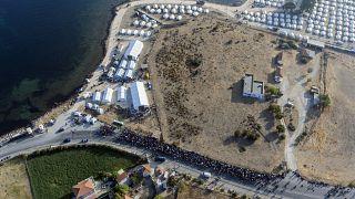 مهاجران در صف ورود به اردوگاهی جدید در جزیره لسبوس یونان هستند