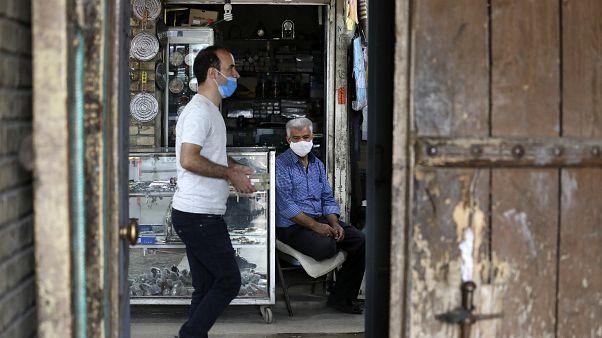تاجريجلس أمام دكانه في البازار الكبير في مدينة زنجان. 2020/07/05