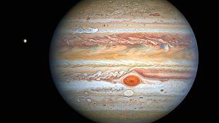 این تصویر که توسط ناسا، آژانس فضایی اروپا و برنامه تلسکوپ فضایی هابل منتشر شده سیاره مشتری را با سیارک «یوروپا» نشان میدهد