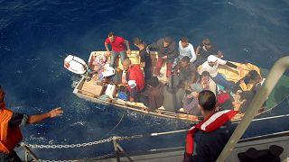 صورة من الأرشيف، إنقاذ مهاجرين غير شرعيين على متن قارب صغير