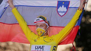 Tadej Pogacar hisse le drapeau slovène pour célébrer sa victoire sur le Tour de France 2020, le 20 septembre 2020