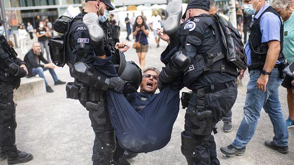 Polizei rägt Protestierende weg