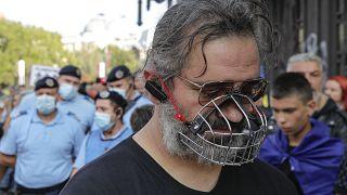 Un homme porte une muselière pendant une manifestation contre les mesures sanitaires prises dans par la Roumanie, Bucarest le 19 septembre 2020