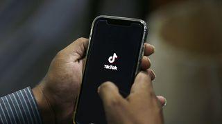 رجل يفتح تطبيق تيك توك للتواصل الاجتماعي على هاتفه الخلوي في إسلام آباد، باكستان. 2020/07/21