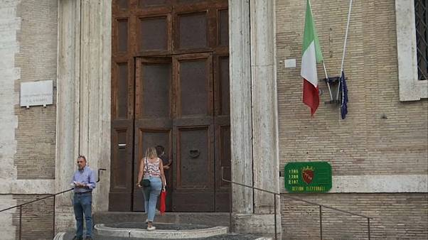 Referendo e eleições regionais a decorrer em Itália