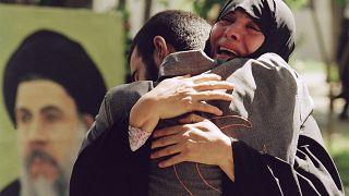 والدة تعانق ابنها بعد خروجه من السجن بعد نهاية الحرب