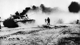 دبابات عراقية تحاول عبور نهر كارون شمال شرق خرمشهر في العراق، خلال الحرب العراقية الإيرانية، ودخان يتصاعد من أنبوب للنفط. 1980/10/22