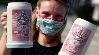 Entre máscaras e litros de cerveja, Baviera brinda à Oktoberfest