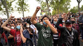 Des habitants du quartier Vallecas à Madrid manifestent contre les nouvelles règles annoncées pour lutter contre le coronavirus, le 20 septembre 2020