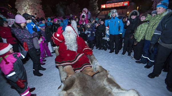 صورة من الأرشيف، يستعد بابا نويل لبدء الرحلة الطويلة إلى الأطفال في أنحاء العالم، قبل ليلة عيد الميلاد بيوم واحد  في روفانييمي، شمال فنلندا
