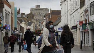 Nuevas restricciones en la vida diaria de los británicos para suprimir un dramático pico en los casos de coronavirus.